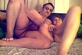Couple baise dans le canape