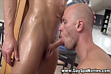 Amateur masseur trades blowjobs with straighty