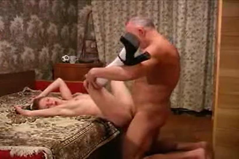 Порно видео озабоченный старик трахнул молодую девушку